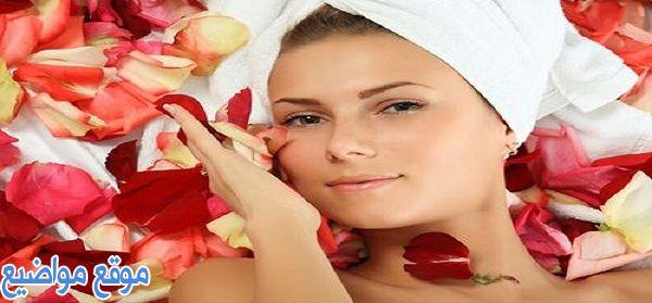 فوائد ماء الورد للبشرة الدهنية والحبوب قبل النوم